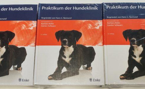 """Gewinnen Sie jetzt eines von drei Büchern """"Praktikum der Hundeklinik"""" von Thieme"""